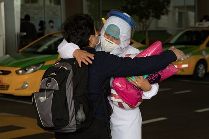 Ciudadanos ecuatorianos son vistos el 16 de junio de 2020 mientras llegan en un vuelo procedente de Houston, al aeropuerto Mariscal Sucre de Quito (Ecuador), donde fueron recibidos por sus familiares. EFE/José Jácome/Archivo