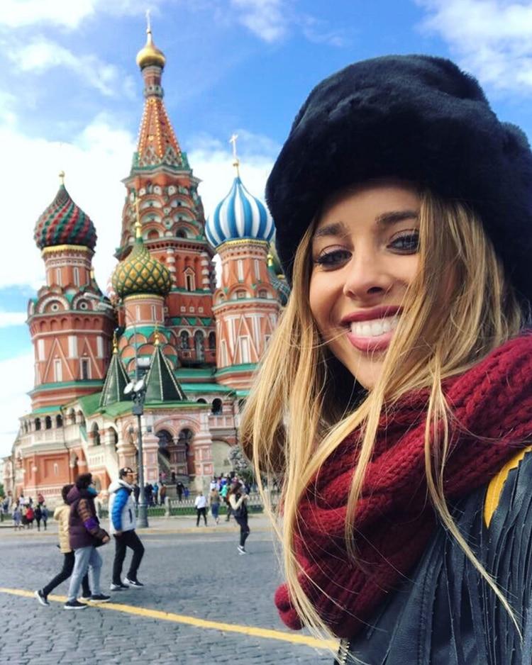 Saravia también visitó Moscú, la Catedral de San Basilio y lució el clásico gorro de piel
