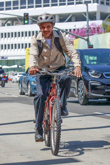 """El actor mexicano Eugenio Derbez dio un divertido paseo en bicicleta por las calles de Beverly Hills. Lo hizo mientras filma la película """"The Valet"""""""