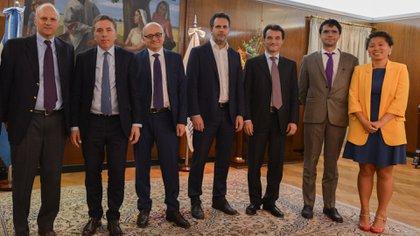Dujovne, Sandleris y otros funcionarios junto a Alejandro Werner y Roberto Cardarelli del FMI