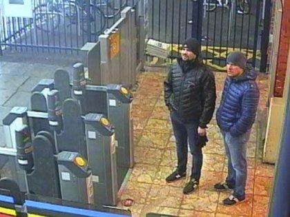 En esta imagen, tomada de un video de una cámara de seguridad y distribuida por la Policía Metropolitana de Londres el 5 de septiembre de 2018, se muestra a los ciudadanos rusos Ruslan Boshirov y Alexander Petrov, sospechosos del envenenamiento de un ex espía ruso en Gran Bretaña, en la estación de tren de Salisbury, el 3, de marzo de 2018. (Policía Metropolitana vía AP)