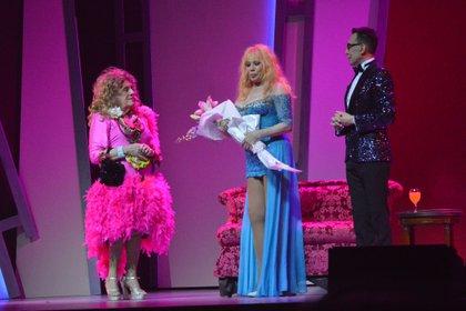 Antonio Gasalla, Mimi Pons y Marcelo Polino. Al final del sketch la producción del espectáculo le obsequio un ramo de flores a la invitada estelar (Foto: Eduardo Aguada)