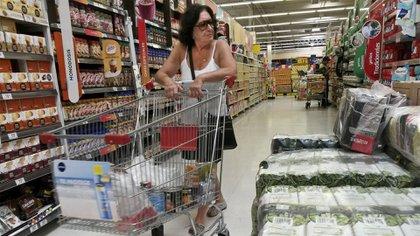 El Gobierno eliminó el IVA del precio de los alimentos. (NA)
