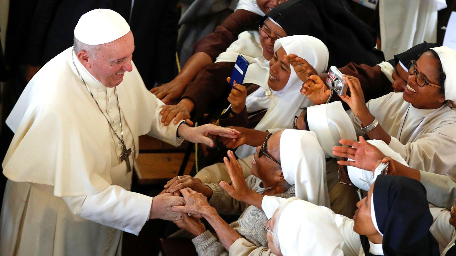 El papa Francisco con monjas de Madagascar (REUTERS/Yara Nardi)