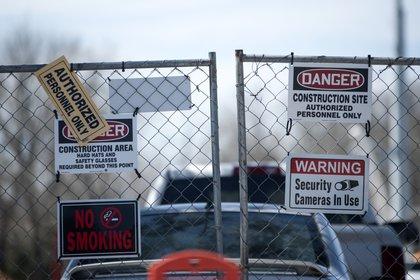 Personal de seguridad aleja a las personas que intentan acercarse (Mark Felix/Bloomberg)