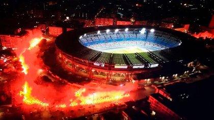 Una marea roja rodeó al San Paolo (próximamente Estadio Diego Armando Maradona) tras su muerte