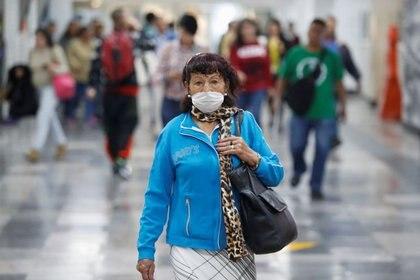 Foto del martes de una mujer con una máscara protectora en una estación del metro en la Ciudad de México.  Mar 24, 2020. REUTERS/Gustavo Graf