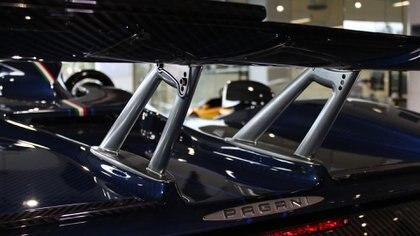 Es el primer modelo Pagani con la configuración Barchetta, sin techo y con ventanas recortadas: pura emoción