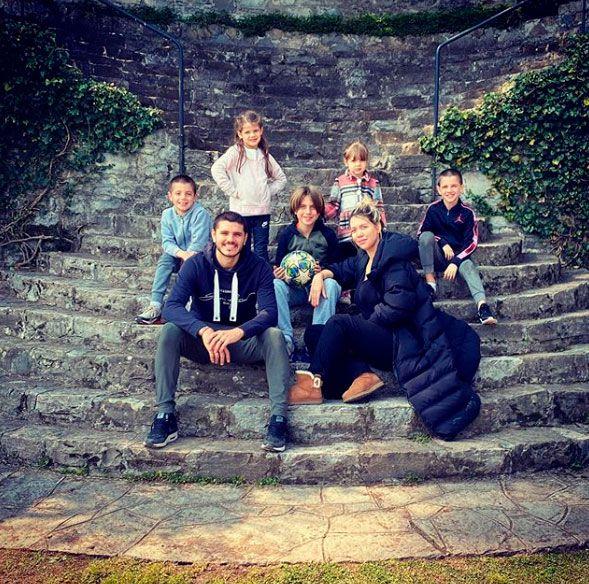 Wanda, Mauro y sus cinco hijos en su hogar a orillas del Lago Di Como (Foto: Instagram)
