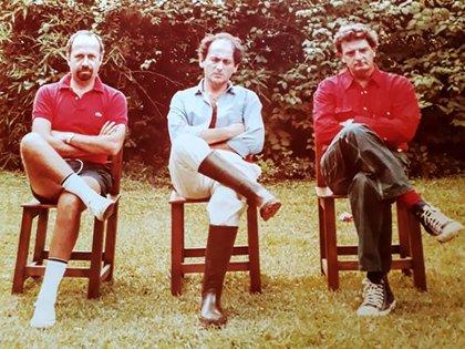 Hace 47 años, en una quinta de Del Viso, Marcela Lovey tomó esta imagen de tres históricos del periodismo: Jorge de Luján Gutiérrez, Chiche Gelblung y Alfredo Serra