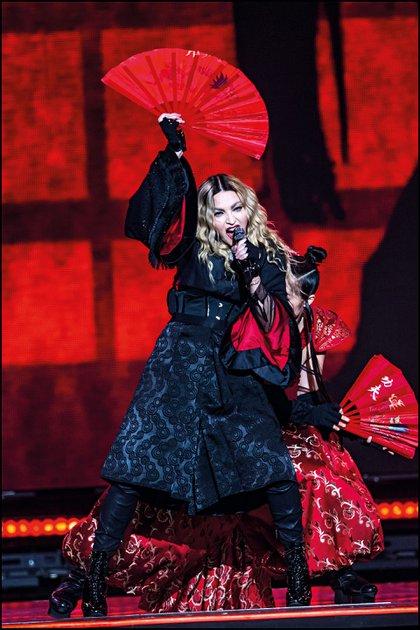 En pleno show, enfundada en un kimono negro y abanico en mano.