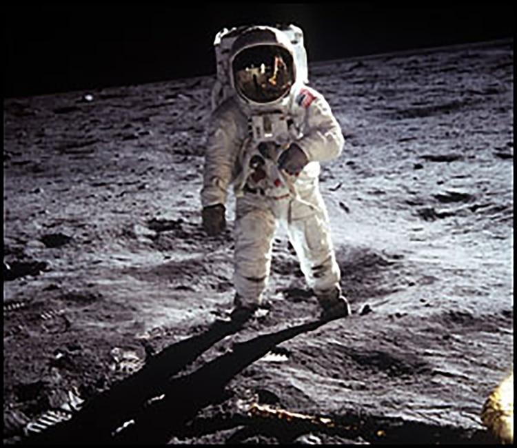 Eugene Buzz Aldrin pisa la Luna y posa para la cámara que sostiene Neil Armstrong (NASA)