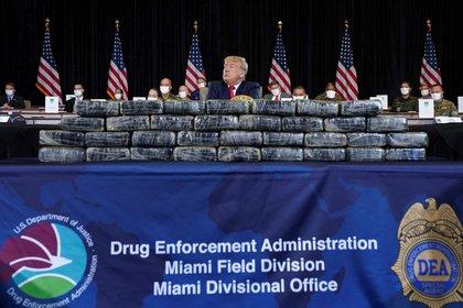 Trump fue ubicado detrás de kilos de droga confiscados durante la sesión informativa sobre las operaciones antinarcóticos del Comando Sur de los Estados Unidos (REUTERS/Kevin Lamarque)