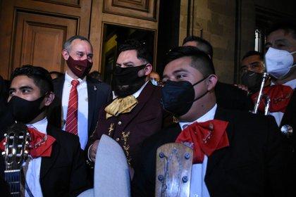 Un grupo de admiradoras del Dr. Hugo López-Gatell, le llevó serenata afuera de Palacio Nacional como obsequio del Día del Médico, en octubre de 2020 (Foto: Daniel Augusto/cuartoscuro.com)