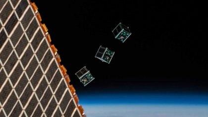 Satélites como los pequeños CubeSat —uno de ellos, el primero de Bután— podrían cubrir el planeta. (Agencia Espacial Europea)