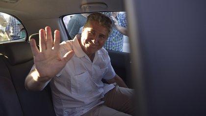 Amado Boudou cuando salió de la cárcel de Ezeiza para comenzar su arresto domiciliario monitoreado por una tobillera