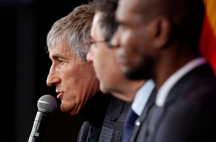 Soccer Football - Quique Setien unveiled as FC Barcelona new coach - Camp Nou, Barcelona, Spain - January 14, 2020 New FC Barcelona coach Quique Setien, president Josep Maria Bartomeu and sports director Eric Abidal during the press conference REUTERS/Albert Gea