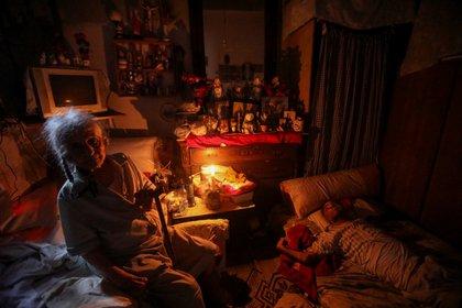 Samira Hanna, una jubilada de Beirut, sufre cortes de luz constantes a causa de la crisis económica. REUTERS/Mohamed Azakir