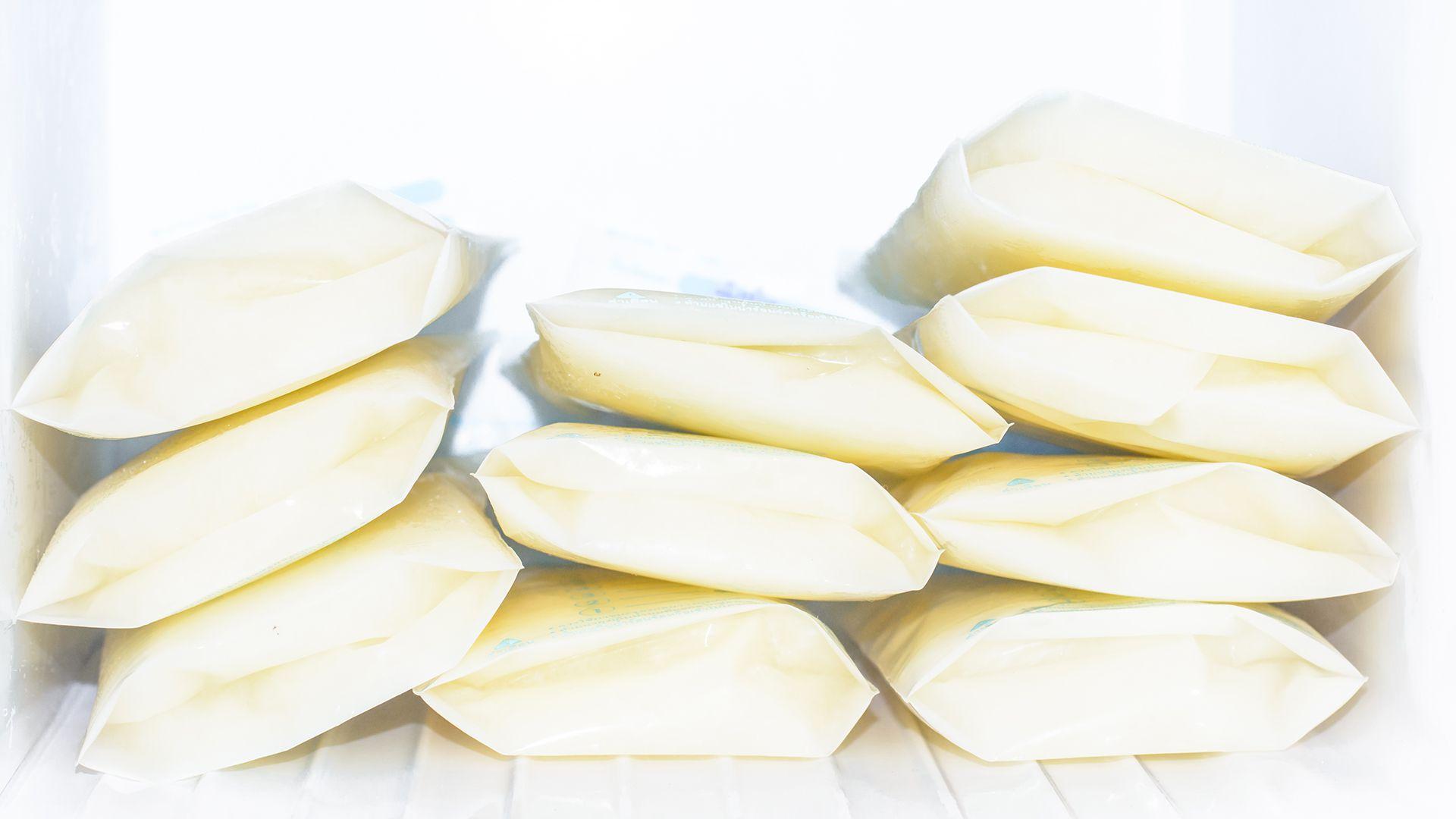 Una de las grandes incógnitas ahora es cuánta protección reciben los bebés de la leche materna (Getty Images)