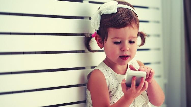 El estudio nuevo estudio coincidió con al menos otros dos anteriores sobre los efectos negativos de tabletas y teléfonos en la primera infancia. (iStock)