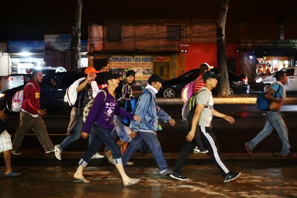 Migrantes hondureños, parte de la caravana que se dirige a EEUU, caminan en Ciudad de Guatemala (Reuters)