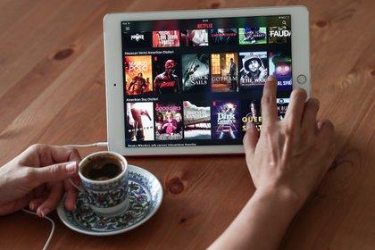 La televisión atraviesa cambios: tres de cada cuatro internautas están suscritos a plataformas de streaming como Netflix, Amazon o HBO. (EFE/Sedat Suna)