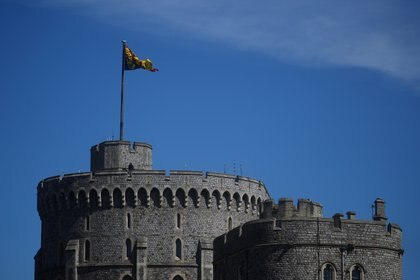 Una bandera ondea sobre la Round Tower en los terrenos del Castillo de Windsor, el día del funeral del Príncipe Felipe de Gran Bretaña