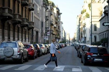 Una mujer cruza una calle en Milán (REUTERS/Daniele Mascolo)