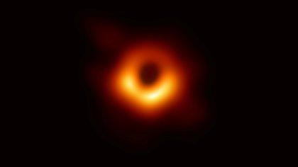 Científicos presentaron la primera imagen de un agujero negro el 10 de abril de 2019 (Reuters)