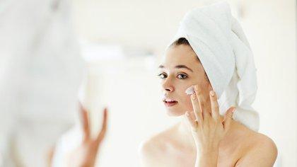 Hidratar la piel post retiro de maquillaje con cremas humectantes es la mejor solución para recuperar la suavidad (iStock)