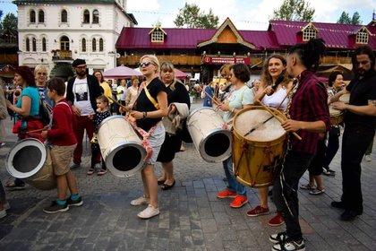 Maxi junto a su bombo legüero en los festivales musicales de Moscú