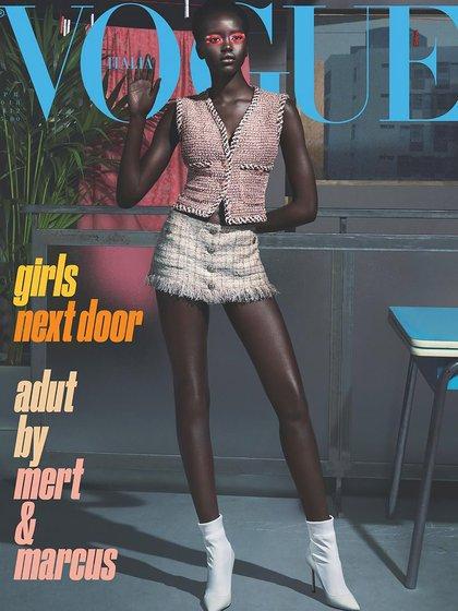 En Vogue Italia (abril 2018) con chaleco y short de tweed de Chanel y stilettos con medias blancas