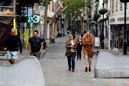 En Gibraltar, la gente camina por la calle sin tapabocas, los amigos comen juntos en restaurantes y los aficionados acuden a eventos deportivos (REUTERS/Jon Nazca)