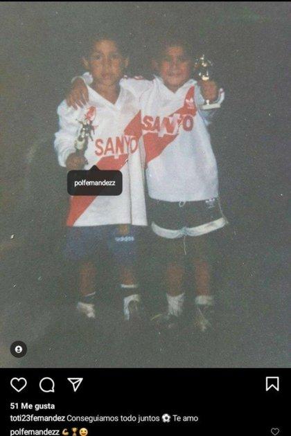 La foto que se volvió viral de Pol Fernández y su hermano con las camisetas de River (Instagram)