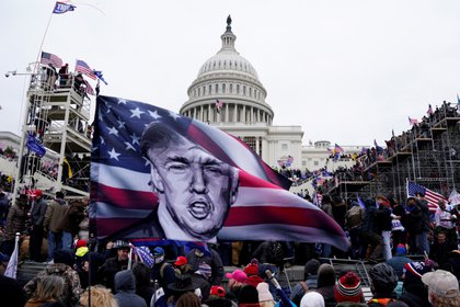 Manifestantes pro-Trump asaltan los terrenos del Capitolio en Washington, DC, Estados Unidos, el 6 de enero de 2021. EFE/EPA/WILL OLIVER/Archivo