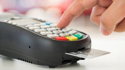 Los usuarios de plástico, renuentes a gastar en dólares, aunque los tengan (Shutterstock)