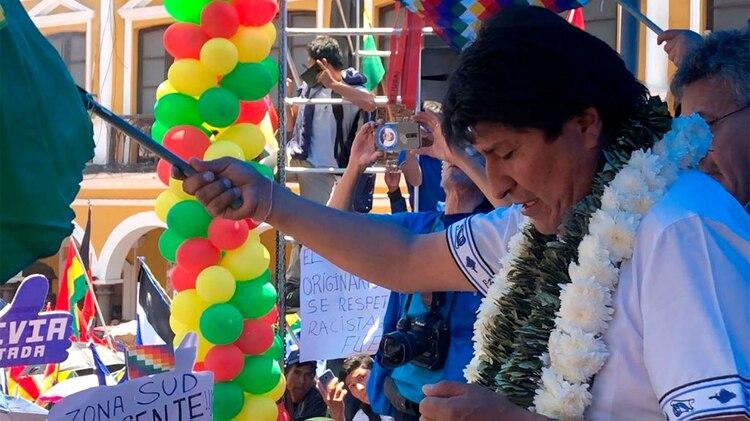 Concentración de militantes del MAS en la Plaza principal de Cochabamba, donde el presidente Evo Morales ratificó su reelección. (Foto: Paula Muñoz Encinas)
