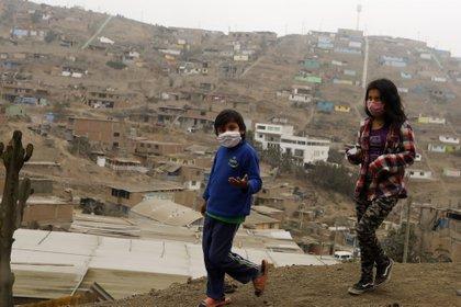 27/08/2020 Dos niños con mascarilla caminan por la barriada de Villa Maria del Triunfo, Lima, en medio de la pandemia del coronavirus. POLITICA SUDAMÉRICA PERÚ LATINOAMÉRICA INTERNACIONAL MARIANA BAZO / ZUMA PRESS / CONTACTOPHOTO