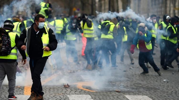Los manifestantes portan barbijos y algunos, también máscaras de gas(AFP)