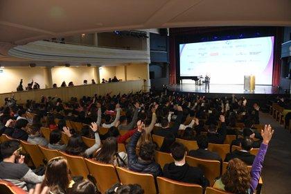 Con la presencia de 800 estudiantes de colegios secundario y también universitarios, se llevó a cabo una nueva edición de la Cumbre Internacional de Jóvenes Líderes (CIJL), en el teatro 25 de mayo