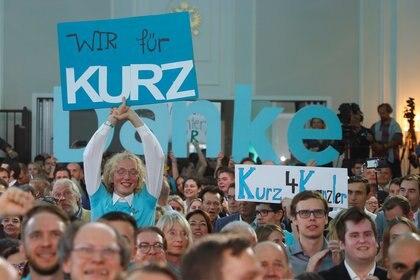 Seguidores del ÖVP y de Kurz celebran el triunfo en las elecciones del 29 de septiembre (REUTERS/Leonhard Foeger)