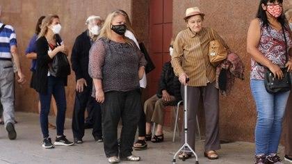 Con largas filas bajo el sol y sin distanciamiento social, adultos mayores que debieron esperar parados por más de una hora para recibir la vacuna en el Luna Park (Lara Sartor/cgl).