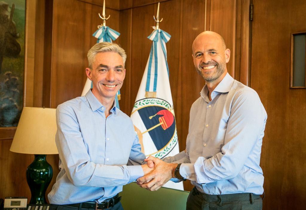 El actual ministro de Transporte, Mario Meoni, saluda a su antecesor, Guillermo Dietrich