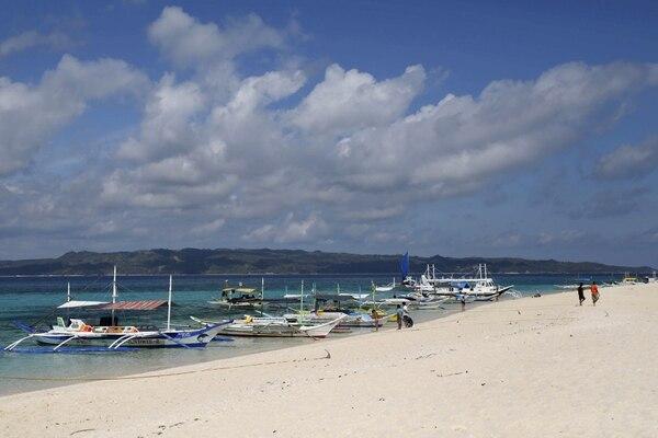 Barcos tradicionales filipinos en una playa de Boracay (REUTERS/Charlie Saceda/archivo)