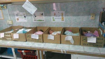 Bebés recién nacidos durmiendo en cajas, la triste realidad de los hospitales públicos de Venezuela