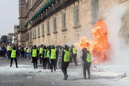 Autoridades capitalinas ya buscan a la persona responsable de haber lanzado una bomba molotov que quemó a varias asistentes de la marcha. (Foto: Moisés Pablo/Cuartoscuro)