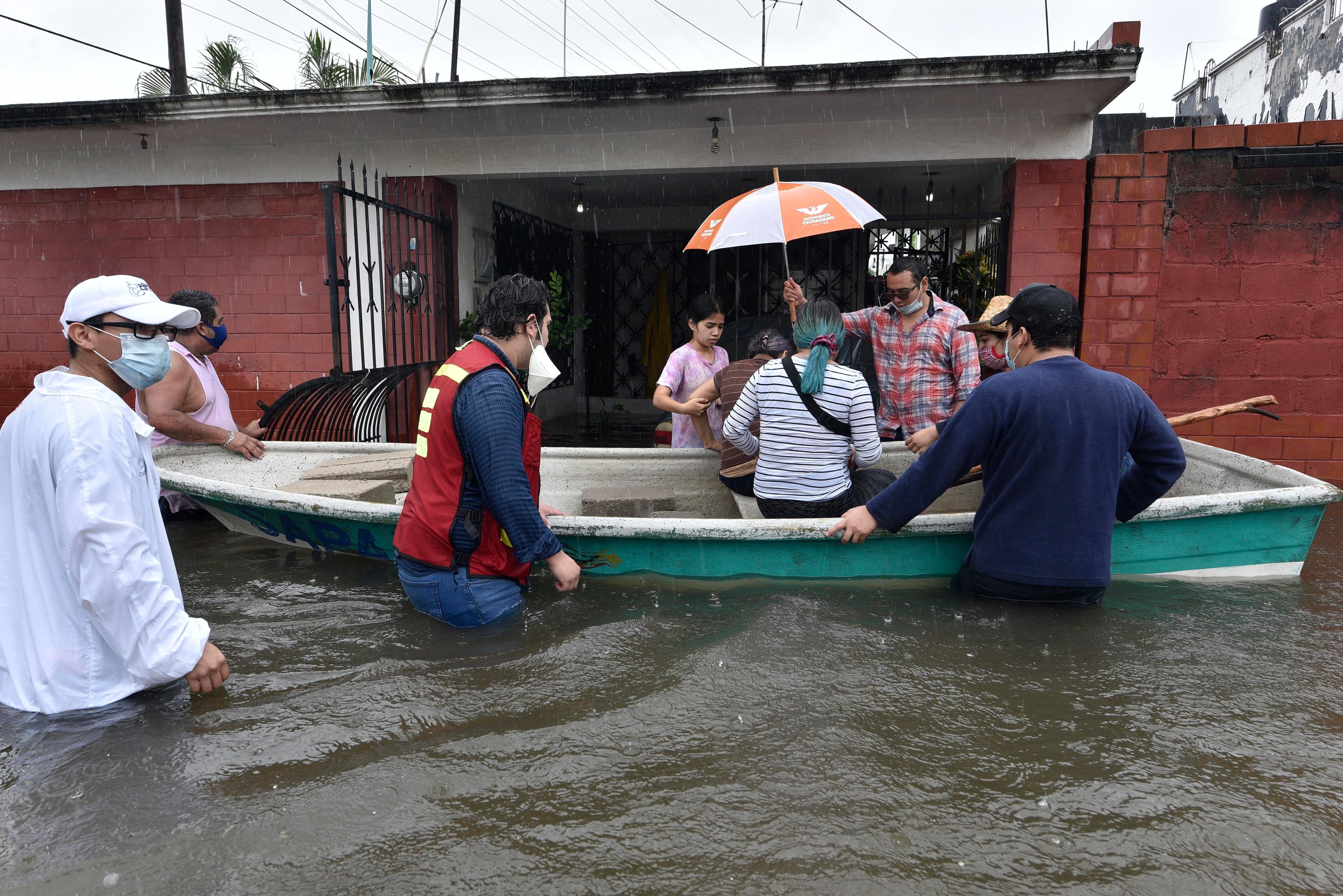 Frente frío ocasiona fuertes inundaciones en el Sureste de México