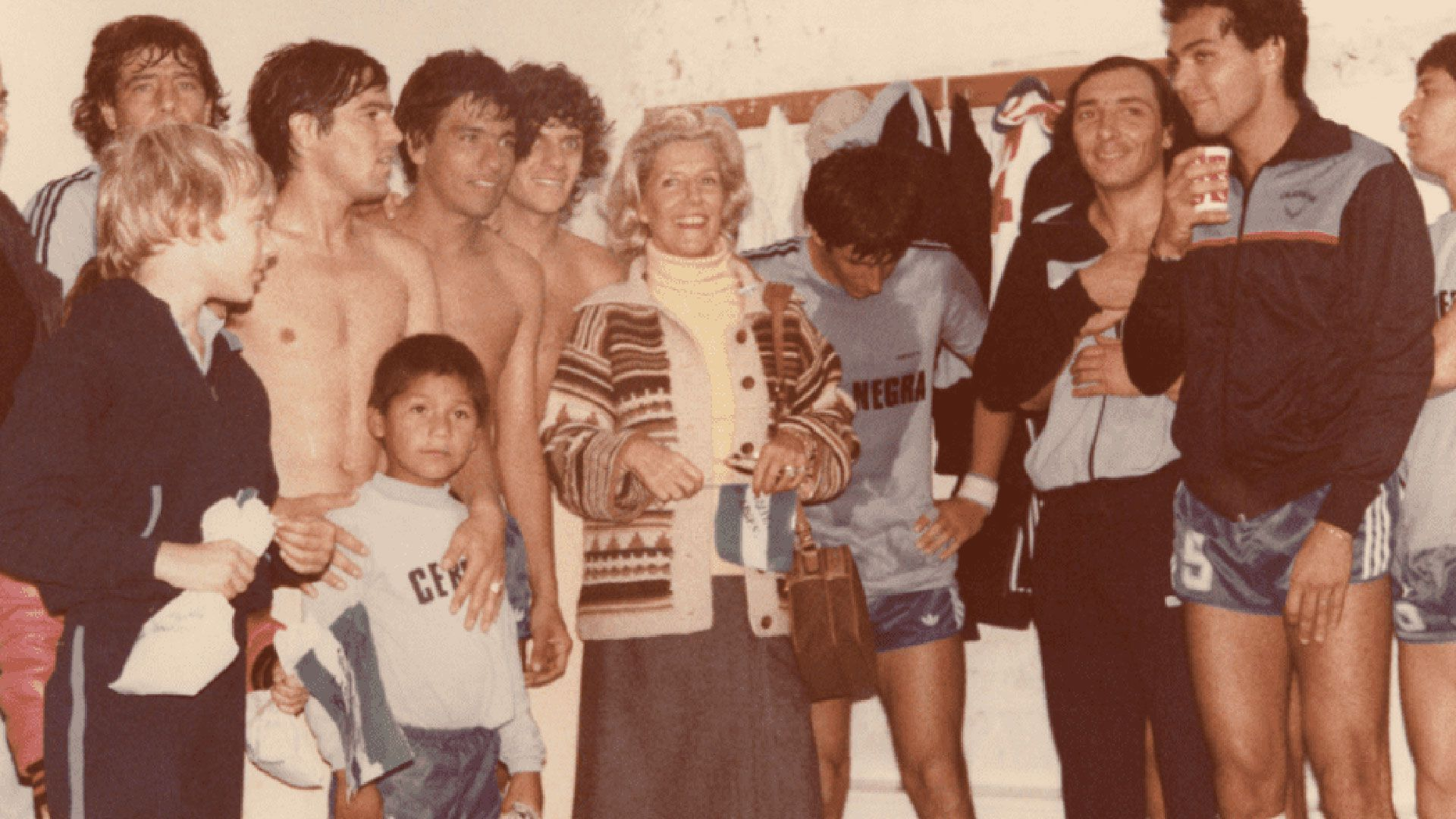Amalita festeja en el vestuario del Club Loma Negra luego del triunfo ante la URSS. A su izquierda, el capitán Luis Alberto Barbieri y Armando Husillos; a su derecha, Osvaldo Rinaldi (de rulos), Osvaldo Mazo y Jorge Pellegrini. Olavarría, 17 de abril de 1982.