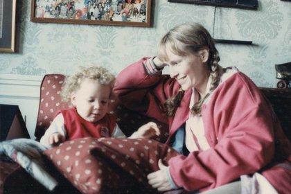 """Mia Farrow junto a su hija Dylan en el documental """"Allen vs. Farrow"""""""