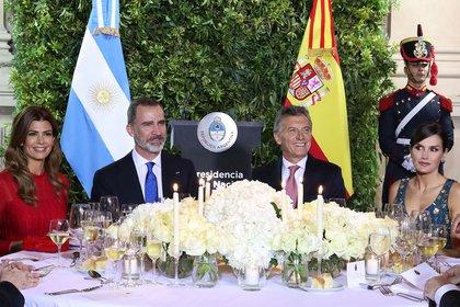 La primera dama Juliana Awada, el rey Felipe VI, el presidente Mauricio Macri y la reina Letizia Ortíz en la mesa principal. Foto: Presidencia de la Nación